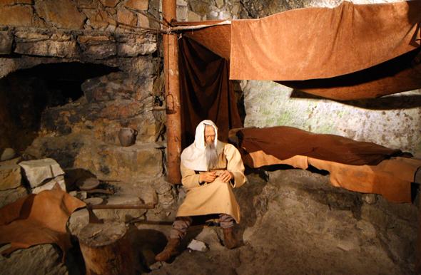 Eine kleine Schauhähle zeigt, wie der Heilige Beatus als Eremit gehaust haben soll. (Foto Karsten-Thilo Raab)