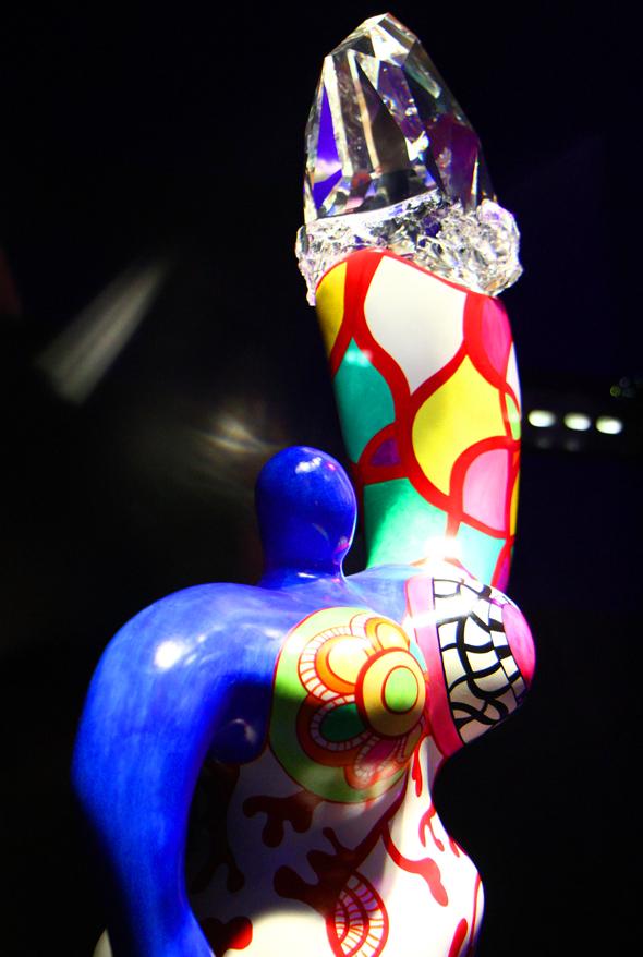 """Auch ein Werk von Niki de Saint Phalle wurde mit einem Kristall """"aufgewertet"""". (Foto Karsten-Thilo Raab)"""