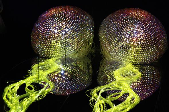 Zum Kugeln: die Kombination aus Kristall, Farbe und Lichteffekten. (Foto Karsten-Thilo Raab)
