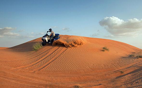 Spaß auch mal ohne Strand und Wasser: Ein Ritt über die Sanddünen ist ein unvergessliches Erlebnis.