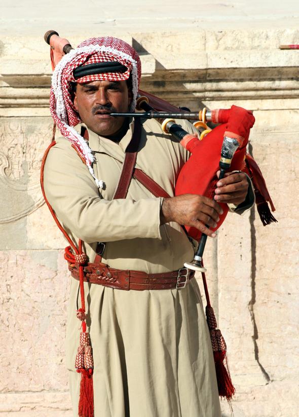 In der Uniform der Wüstenpolizei spielen Musiker den Dudelsack. (Foto Karsten-Thilo Raab)