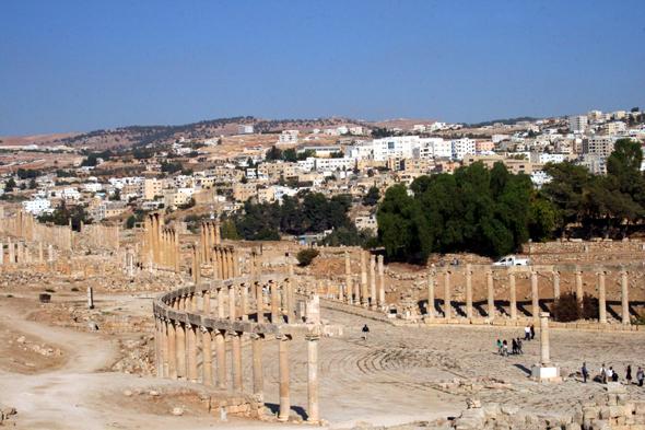 Die Stadt Jerash grenzt direkt an die grandiose Ausgrabungsstätte. (Foto Karsten-Thilo Raab)