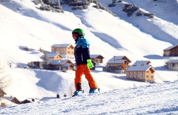 Blick auf das kleine Skigebiet und das winterliche Malbun. (Foto Karsten-Thilo Raab)