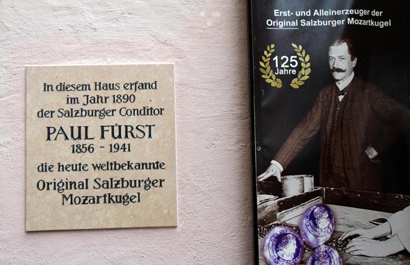 Heute erinnert eine Tafel am Stammhaus der Konditorei Fürst in Salzburg an den Mozartkugel-Erfinder Paul Fürst. (Foto Karsten-Thilo Raab)