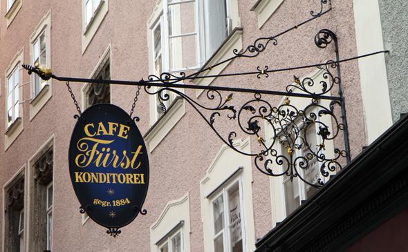 Das Stammhaus der Konditorei Fürst ibefindet sich in der Brodgasse am Alten Markt in Salzburg. (Foto Karsten-Thilo Raab)