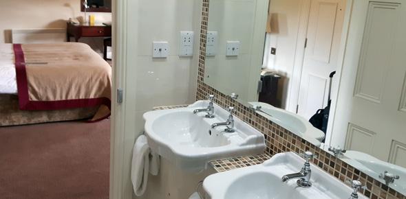 Waschbecken und Wasserhähne symbolisieren ein Stück weit auch die Tradition des Hauses. (Foto Karsten-Thilo Raab)