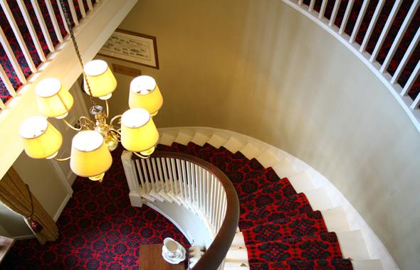 Steile Treppen und lange, verwinkelten Gänge führen zu den Zimmern. (Foto Karsten-Thilo Raab)