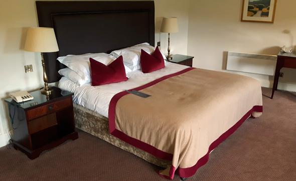 Riesige Betten und iesige Zimmer kennzeichnen das Vier-Sterne-Haus. (Foto Karsten-Thilo raab)