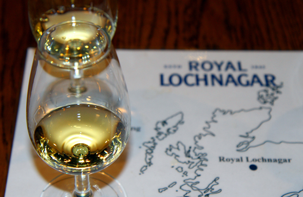Beim Tasting sind verschiedenes Whisky-Sorten im Ausschank. (Foto Karsten-Thilo Raab)
