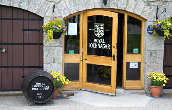Vom besucherzentrum der Royal Lochnagar Destillerie starten die aufschlussreichen Touren. (Foto Karsten-Thilo Raab)