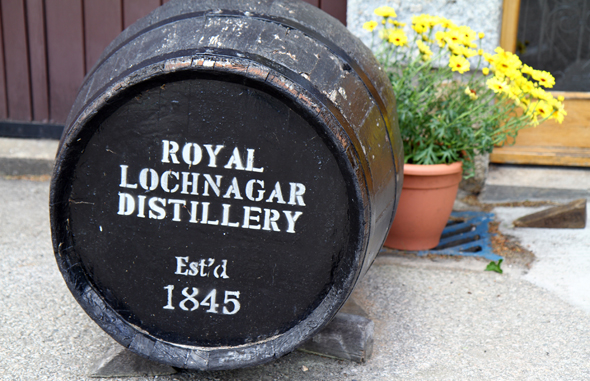 Ein Whisky-Fass vor der im Jahre 1845 gegründeten Destillerie. (Foto Karsten-Thilo raab)