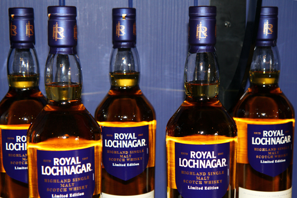 Natürlich stehen die Whiskies der Brennerei auch zum Verkauf. (Foto Karsten-Thilo Raab)