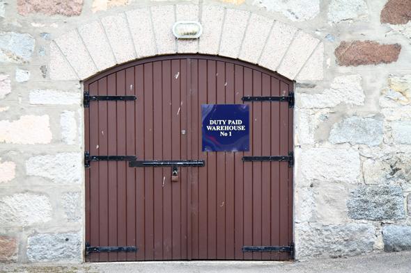 Aus den Türen der Lagerhäuser strömz der Geruch des Whiskies. (Foto Karsten-Thilo Raab)