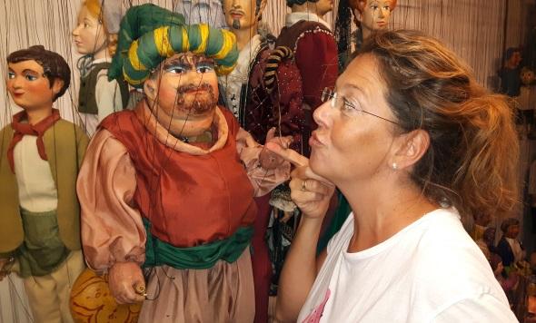 Manch ein Besucher ist fast schon verliebt in die schön gemachten Puppen. (Foto Karsten-Thilo Raab)