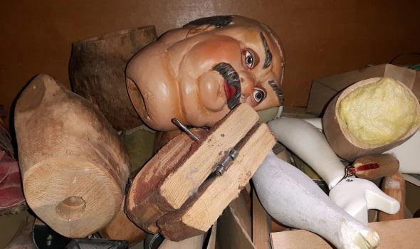 Ebenfalls ein Kuriosum: das Ersatzteillager im Salzburger Marionettentheater. (Foto Karsten-Thilo Raab)