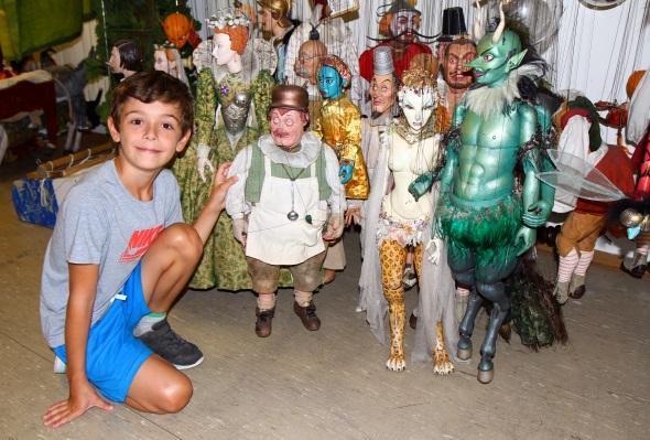 Junge Besucher sind nahezu ausnahmslos von der Beweglichkeit der Puppen fasziniert. (Foto Karsten-Thilo Raab)