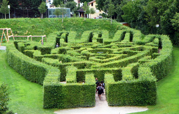 Großer Spaß nicht nur für Kinder ist das handförmige Labyrinth. (Foto Karsten-Thilo Raab)