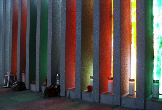 Die farbigen Glaslamellen sind mit dem Name der Opfer versehen. (Foto Karsten-Thilo Raab)