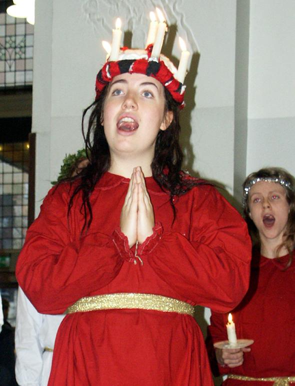 Mit brennenden Kerzen auf dem Kopf singen die Lichterköniginnen das berühmte Lucia-Lied. (Foto Karsten-Thilo Raab)