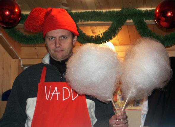 Auf dem Weihnachtsmarkt wird so manche Leckerei angeboten. (Foto Karsten-Thilo Raab)