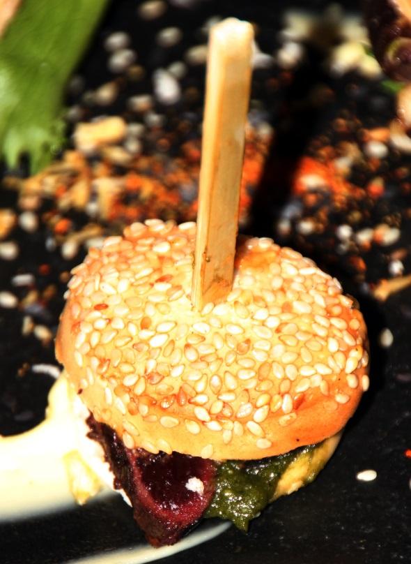 Nicht jedermanns Sache: Puffin Burger - Papageitaucher gegrillt zwischen zwei Brötchenhäälften. (Foto Karsten-Thilo Raab)