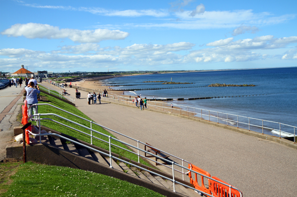 So verlockend der Strand an der Promenade aussieht, so wenig einladend ist in der Regel das kalte Wasser der Nordsee. (Foto Karsten-Thilo Raab)