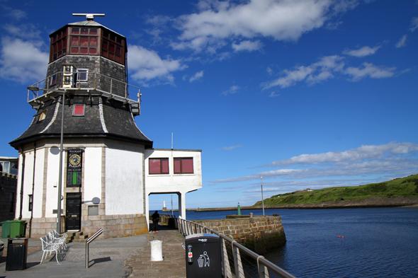 Die Einfahrt zum Hafen von Aberdeen wird von historischen Bauwerken gesäumt. (Foto Karsten-Thilo Raab)
