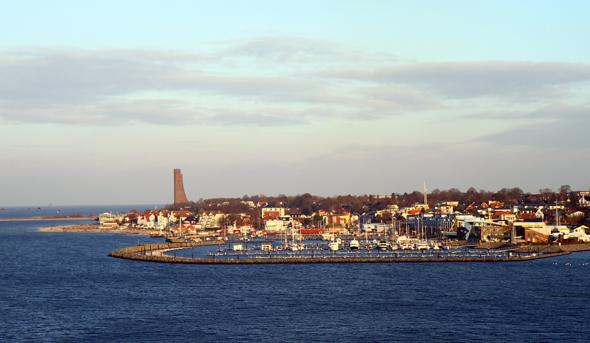 Laboe mit dem weithin sichtbaren Ehrenmal wird bei der Fahrt durch die Kieler Förde passiert. (Foto Karsten-Thilo Raab)