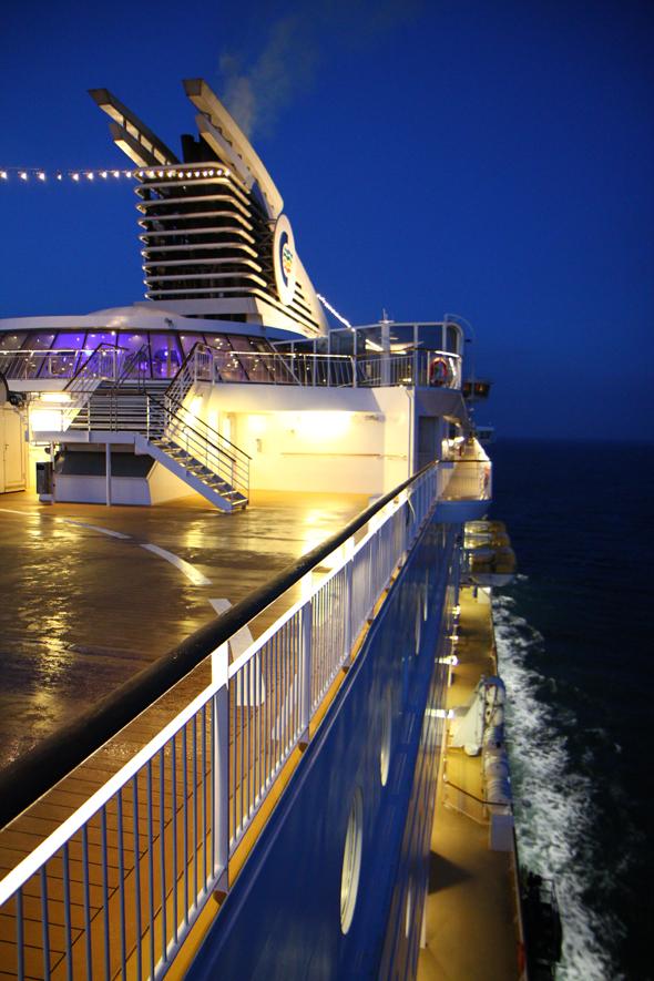 Auch nach Einbruch der Dunkelheit lohnt ein Spaziergang über die Sonnendecks des Schiffes. (Foto Karsten-Thilo Raab)