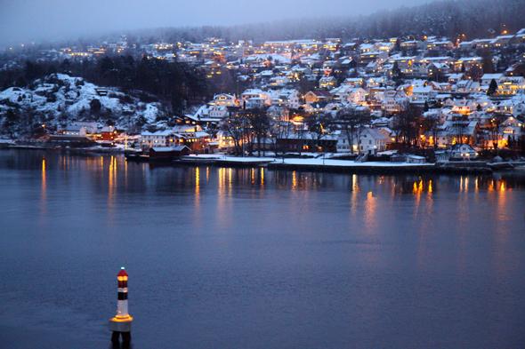 Bei der morgentlichen Fahrt durch den Oslo-Fjord scheint das Ufer bisweilen zum Greifen nahe. (Foto Karsten-Thilo Raab)