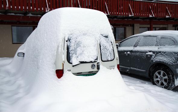 Diue riesigen Schneemassen sorgen dafür, dass manch einer sein Auto förmlich ausbuddeln muss. (Foto Karsten-Thilo Raab)