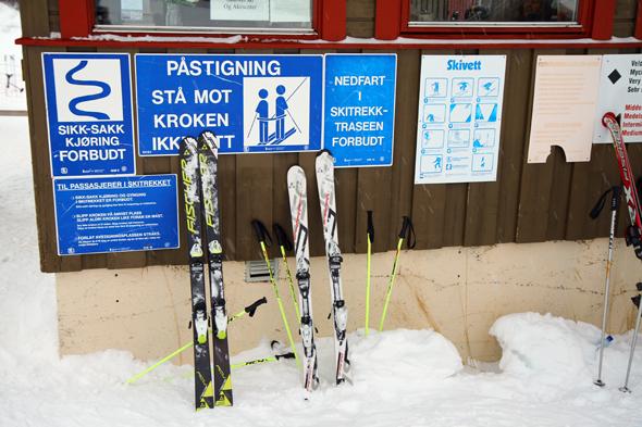 Ein kleiner Schilderwald hängt an der Talstation in Skarslia. (Foto Karsten-Thilo Raab)