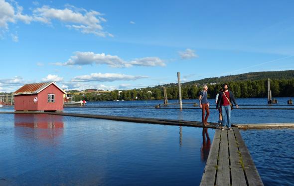 Klappt´s noch mit dem Gleichgewicht? 2,5 Kilometer auf Wankelplanken über´s Wasser laufen - das Flößermuseum in Fetsund (das einzige in Norwegen) macht´s möglich.