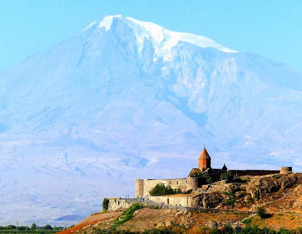 Im Morgenlicht ein göttlicher Anblick - Kloster Chor Virap vor Armeniens heiligem Berg Ararat. (Foto Katharina Büttel)