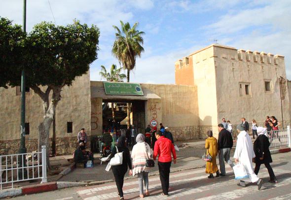 Der Marche Municipal wird von einer stolzen Mauer umrahmt. (Foto Karsten-Thilo Raab)