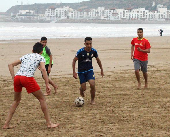 Bei Wind und Wetter treffen sich fußballbegeisterte Marokkaner am Strand von Agadir. (Foto Karsten-Thilo Raab)
