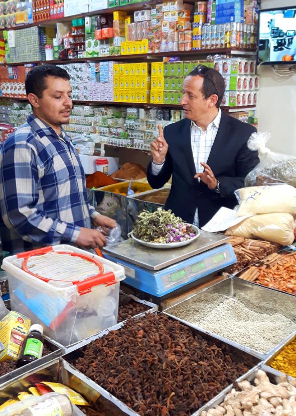 Mohamed Ait Brahim (rechts) feilscht mit einem Händler. (Foto Karsten-Thilo Raab)