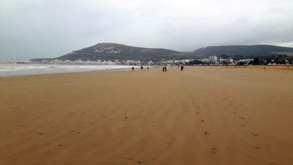 Selbst bei trübem und mäßigem Wetter lässt sich erahnen, wie prachtvoll der Strand in Agadir doch ist. (Foto Karsten-Thilo Raab)