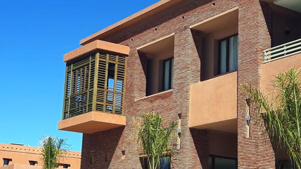Mit seiner Bauweise passt sich das Be Live Experience dem Stil der Häuser in Marrakesch an. (Foto Karsten-Thilo Raab)