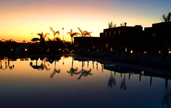 Stimmungsvoll gibt sich der Pool des Be Live Experience im Abendlicht. (Foto Karsten-Thilo Raab)