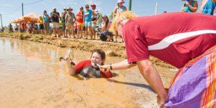 Australiens Outback einmal anders: Kuhfladen-Werfen, Schubkarren-Rennen und Kürbis-Kegeln