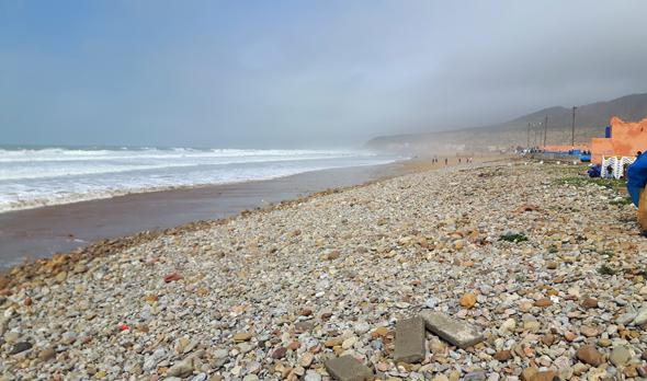 Strand in Taghazout ist von Kieseln dominiert. (Foto Karsten-Thilo Raab)