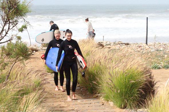 Insbesondere bei Surfern steht der Strand von Taghazout mit seinen zum Teil meterhohen Wellen hoch im Kurs. (Foto Karsten-Thilo Raab)