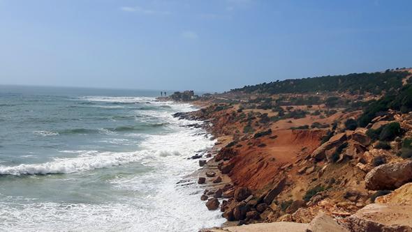 Am Küstenabschnitt zwischen Agadir und Taghazout finden sich einige kleinere Strandabschnitte. (Foto Karsten-Thilo Raab)