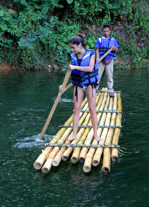 Mit dem Bambus-Floss lassen sich einige Teile von Belum erkunden. (Foto Karsten-Thilo Raab)