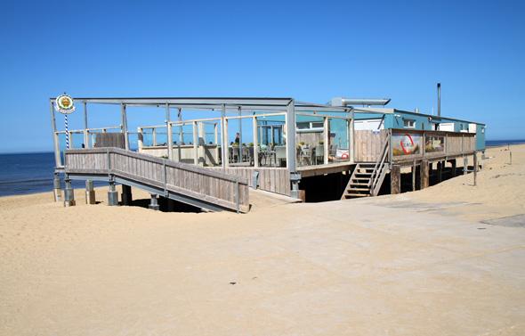 Flankiert werden die Strandhäuser an beiden Enden von einladenden Strandrestaurants. (Foto Karsten-Thilo Raab)