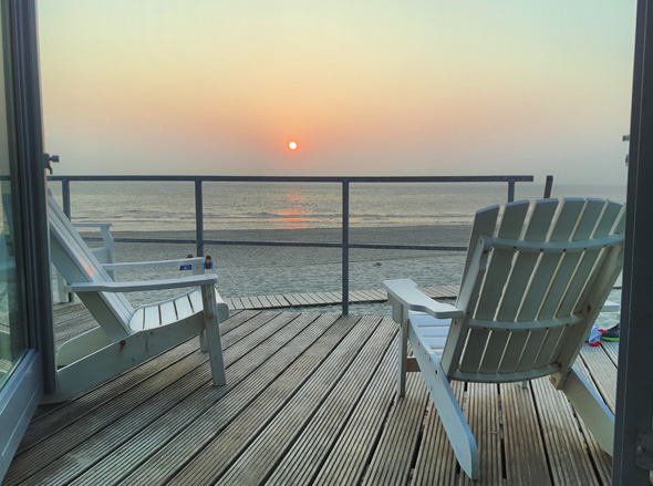 Von der Terrasse der Strandhäuser lässt sich der Sonnenuntergang über der Nordsee perfekt genießn. (Foto Karsten-Thilo Raab)