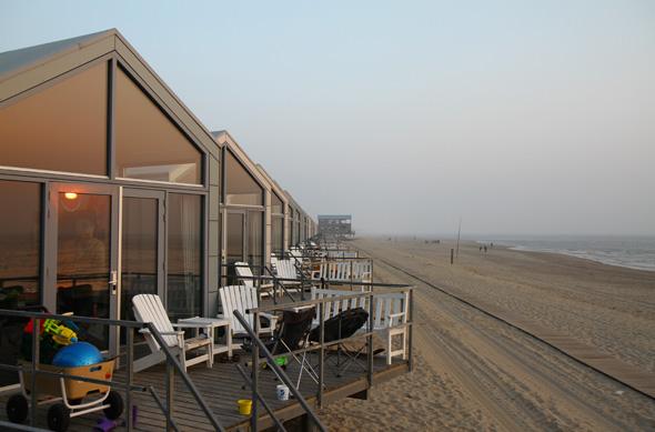 Nicht nur im Abendlicht wirken die Strandhäuser überaus einladend. (Foto Karsten-Thilo Raab)
