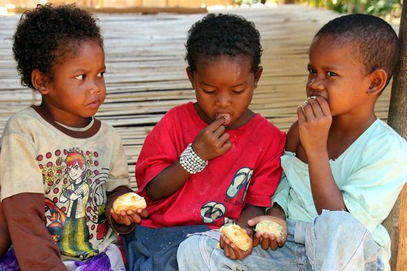 Überaus genügsam geben sich die Kinder im Orang-Asli-Dorf. (Foto Karsten-Thilo Raab)