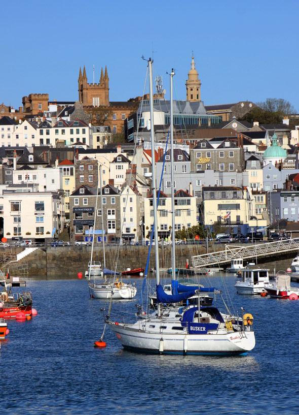 Guernsey - hier ein Blick auf den Hafen von St. Peter Port - besticht durch seinen ureigenen Charme. (Foto Karsten-Thilo Raab)